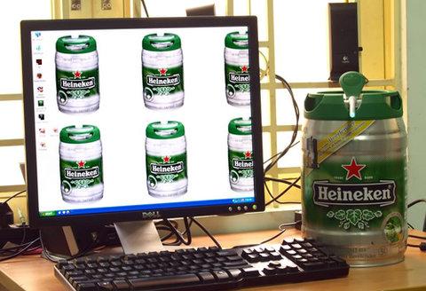 Case Heineken của tác giả Nguyễn Đình Bản được làm từ vỏ thùng bia Heineken. Ảnh: Đình Bản.