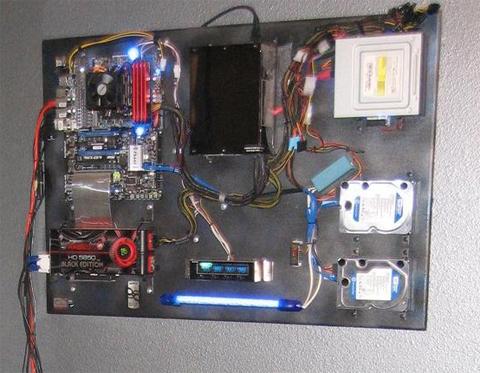 Case máy tính treo tường kiểu dáng 'độc nhất vô nhị'